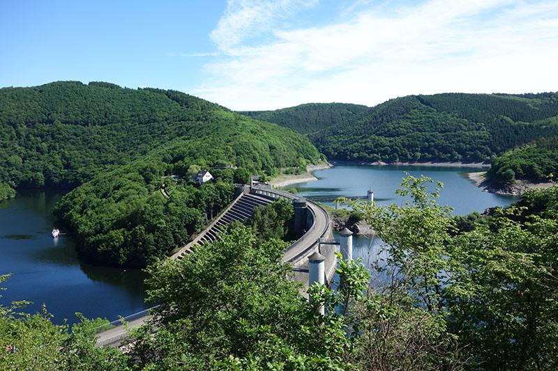 Rund um den Rursee, die Urftseestaumauer und den Nationalpark Eifel gibt es viele besondere Wanderwege. Jede Menge Natur und Wasser gibt es zu entdecken und erkunden.  Bild: Urftsee Staumauer